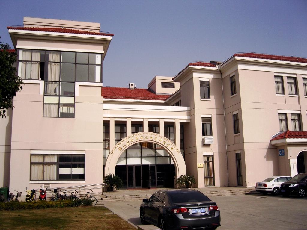 Вход в здание школы Les Roches Jin Jiang
