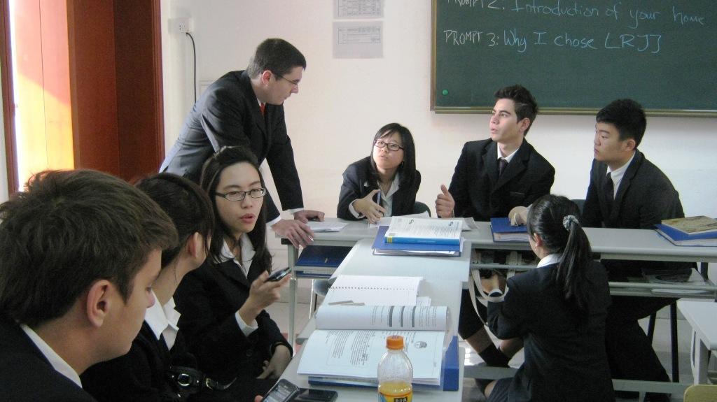 мозговой штурм на уроке в школе Les Roches Jin Jiang
