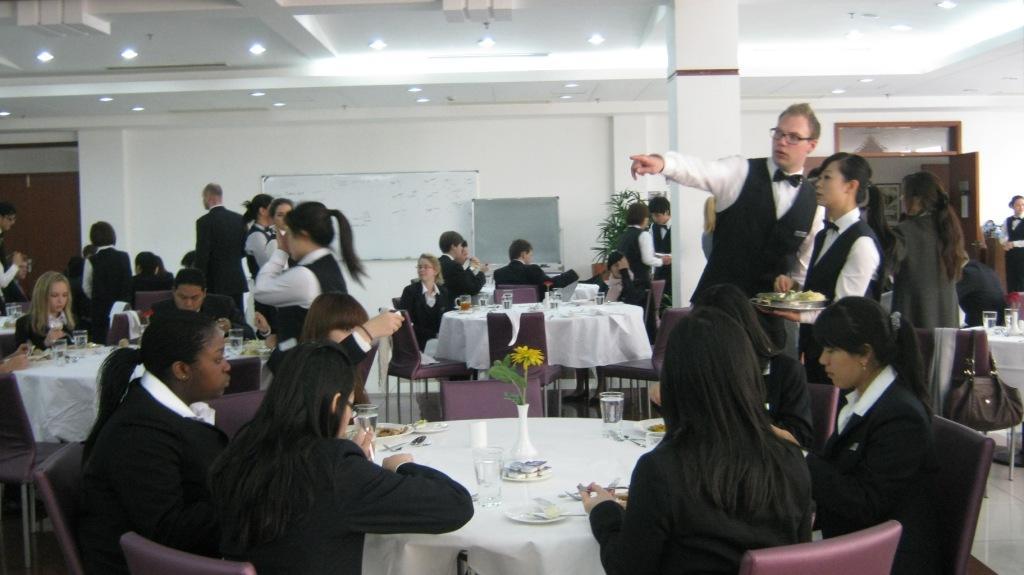 обслуживание в ресторане школы Les Roches Jin Jiang