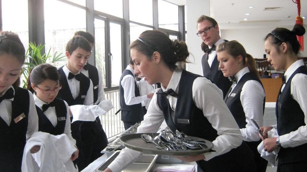 практическое занятие в ресторане школы Les Roches Jin Jiang