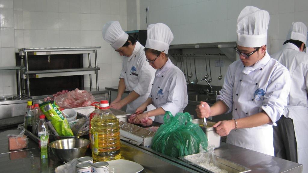 приготовление обеда на кухне школы Les Roches Jin Jiang