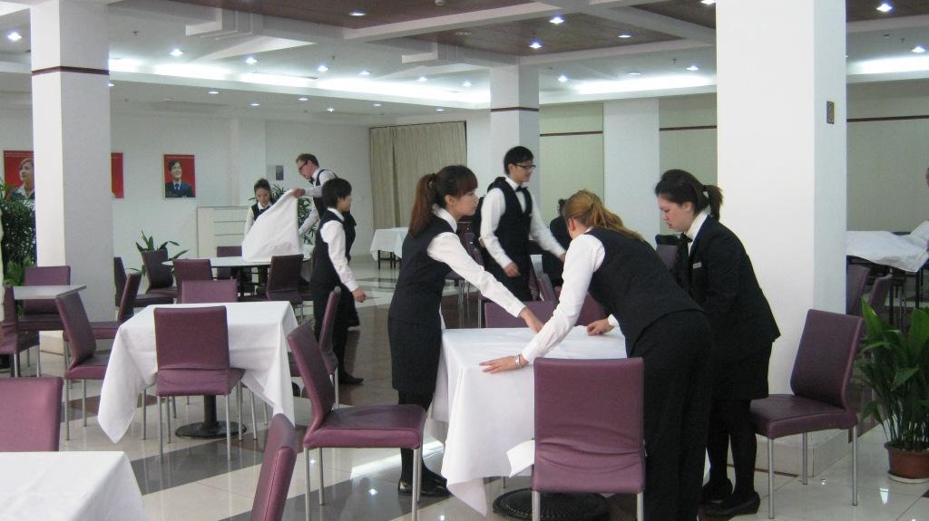 Сервировка к обеду в школе Les Roches Jin Jiang
