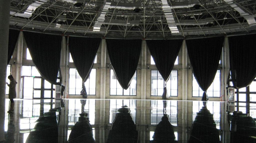 Пол выложен из прозрачного приглушенного стекла, в котором отражается купол здания и создает эффект концептуальных рисунков Эшера