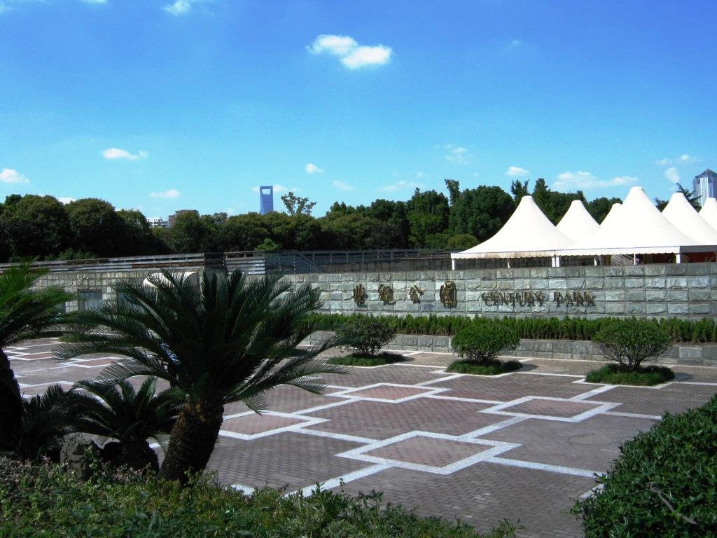 Century Park(世纪公园Shìjì Gōngyuán) – крупнейший и очень красивый парк с озером, расположенный в Пудуне