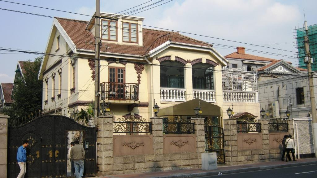 Возникновение Huaihai Road датируется 1898 годом, когда по условиям мирных договоров французским концессионерам было разрешено возвести на этом месте несколько жилых кварталов