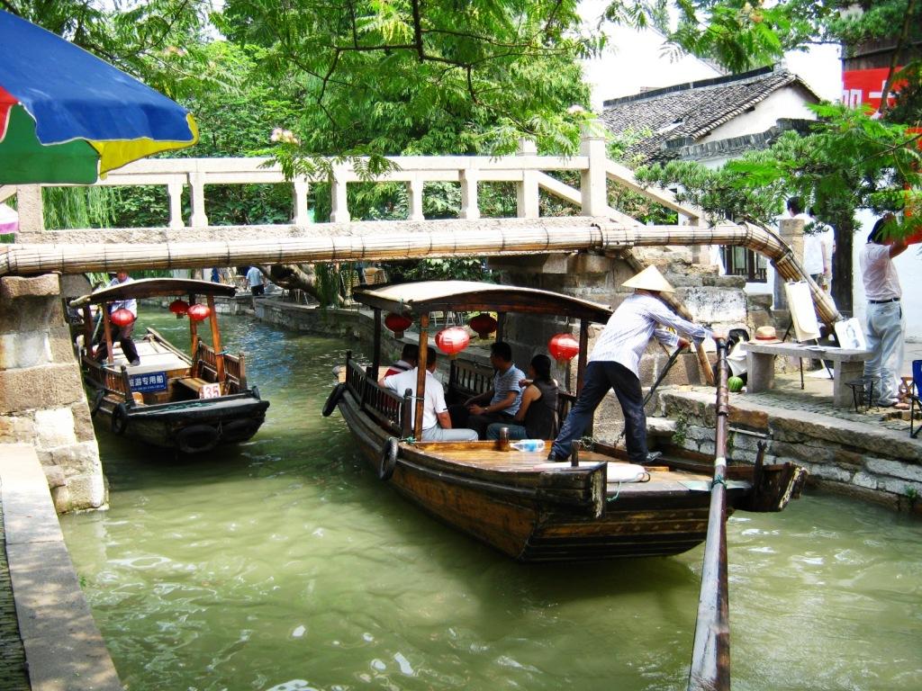 Местные гондольеры в Zhujiajiao River Town
