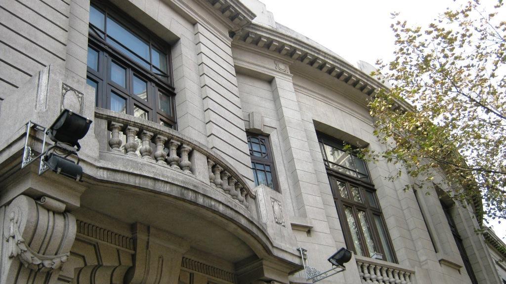 В 90-х была проведена реконструкция здания, добавлена новая башня и с того времени в здании расположился пятизвездочный отель Okura Garden Hotel Shanghai