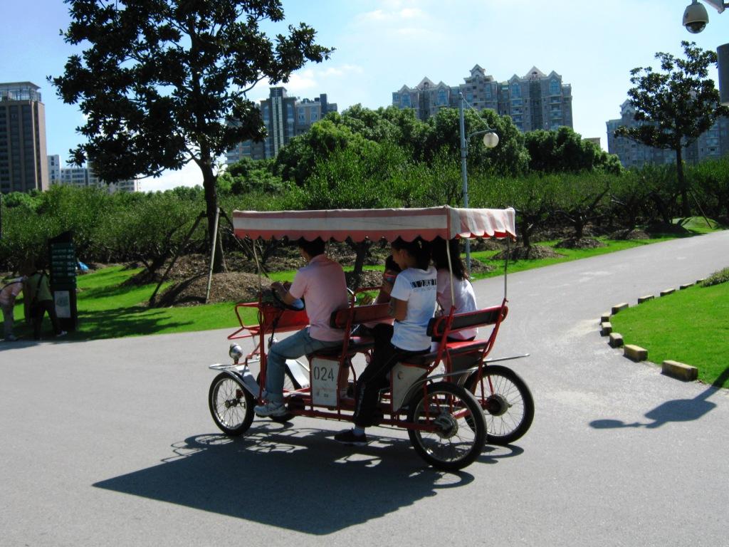 катание на велосипедах в Century Park Шанхай