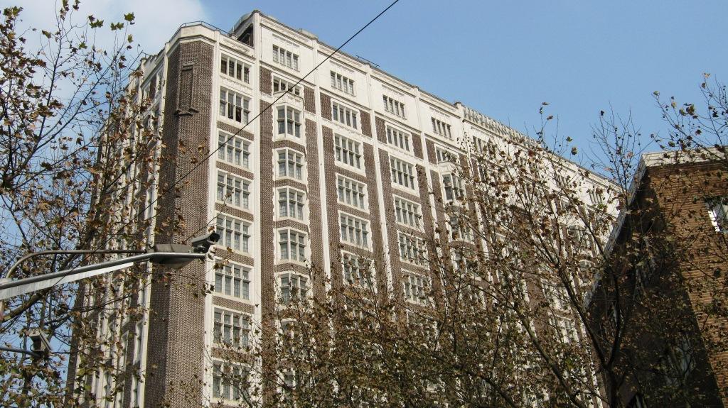 Okura Garden Hotel и Jinjiang Hotel, расположенные на Maoming Lu возле Huaihai Zhong Lu (茂名南路58号, 近长乐路), были излюбленной резиденцией Председателя Мао во время посещений Шанхая