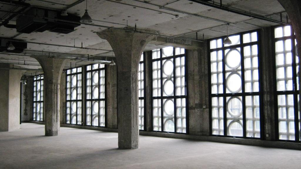 просторная галерея с двумя продольными рядами колонн внутри, похожих на безмолвных древних стражей, охраняющих королевские покои