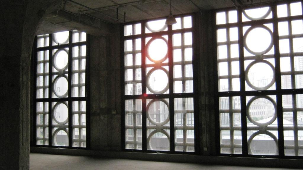 Окна во всю стену обнесены узорной решеткой, которая рассеивает проникающий снаружи солнечный свет и создает чарующую винтажную атмосферу средневековья