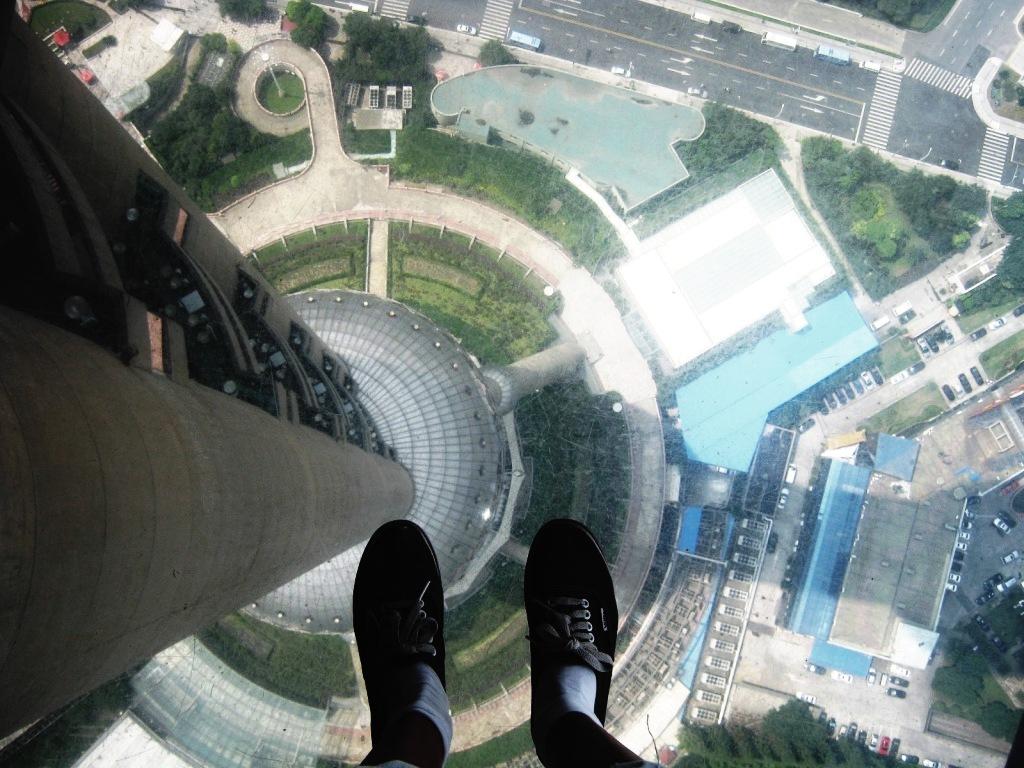 Стеклянный пол на обзорной площадке телебашни Восточная жемчужина Шанхай