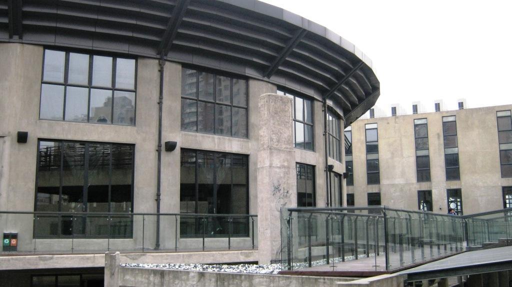 Напротив галереи расположен театр с огромной круглой ареной