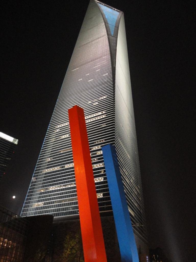 SWFC сейчас самое высокое здание в Шанхае и Китае (492 метра). Обзорная площадка (Observation Desk) на 100 этаже (474 метров) притягивает несметное количество посетителей