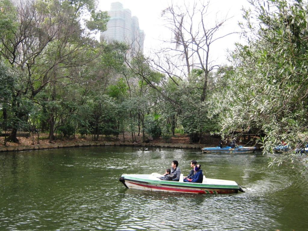 В прошлом парк был частным и принадлежал английскому банкиру, поэтому парк оформлен в английском стиле.