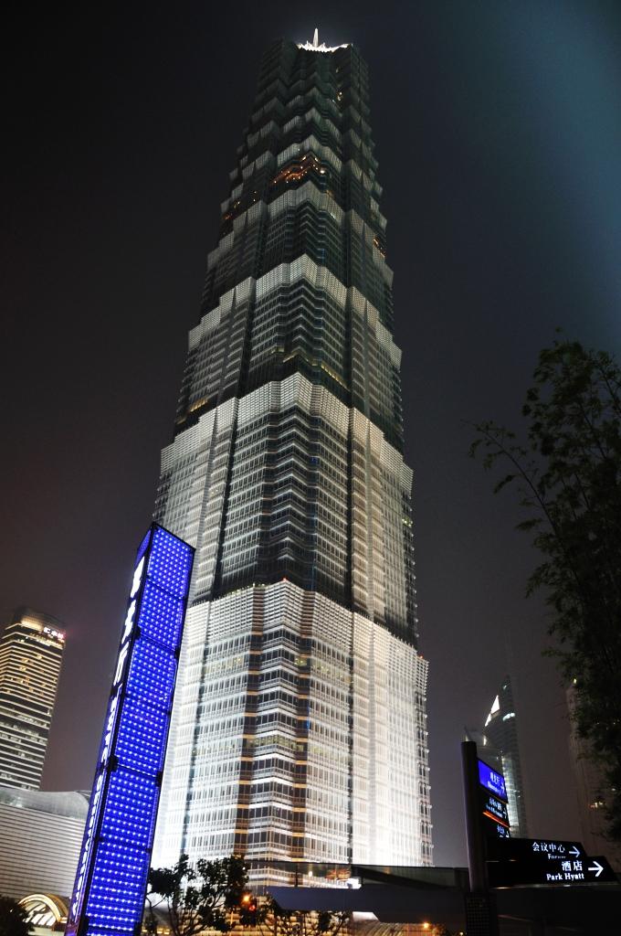 Второе по высоте здание (420.5 метров), на 88 этаже находится обзорная площадка Skywalk, предлагающая панорамный вид на реку и город