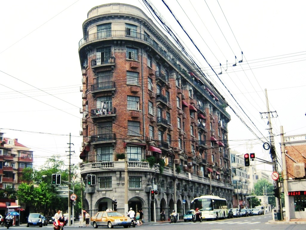 Normandie Apartmants (1924) в стиле Французского ренессанса, по подобию знаменитого небоскреба Утюг на Манхеттене (Flatiron Building), работы архитектора Дэниела Бернема (1902)