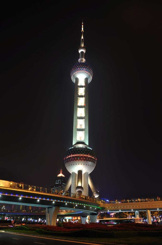 ТВ-башня Oriental Pearl Tower имеет несколько обзорных площадок, самая высокая находится на высоте 350 метров и называется Space Module, здесь есть стеклянный пол.