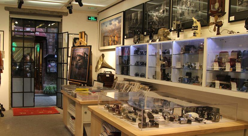 в Tianzifang в основном сосредоточены сувенирные магазины. Если вам нужно купить сувениры, каллиграфию или картины, керамику и т.д. – загляните сюда