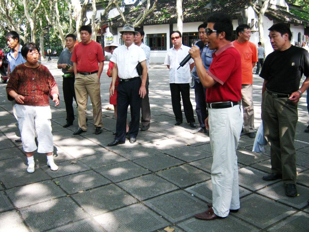 Караоке в парке имени Лу Синя в Шанхае