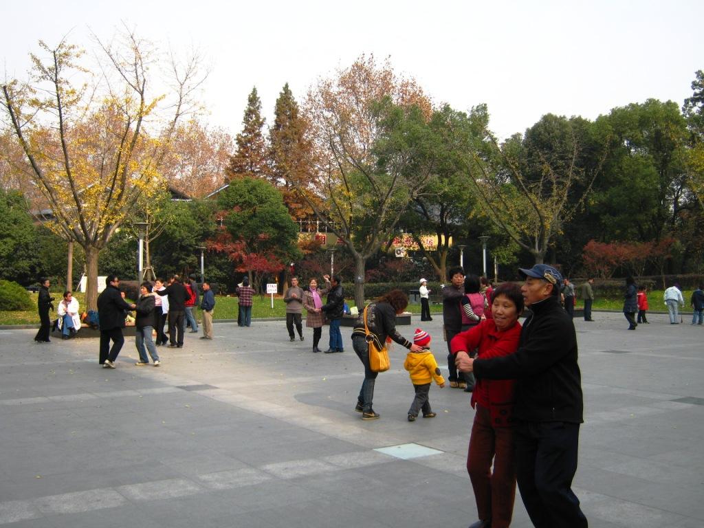 Но самое замечательное здесь начинается после захода солнца. Каждый вечер на площади перед парком включают музыку и десятки пар преклонного возраста самозабвенно кружатся в танце))