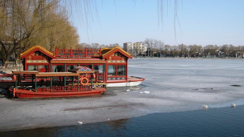 Озеро Хоухай (后海) находится в районе Шичахай, в самом центре Пекина.