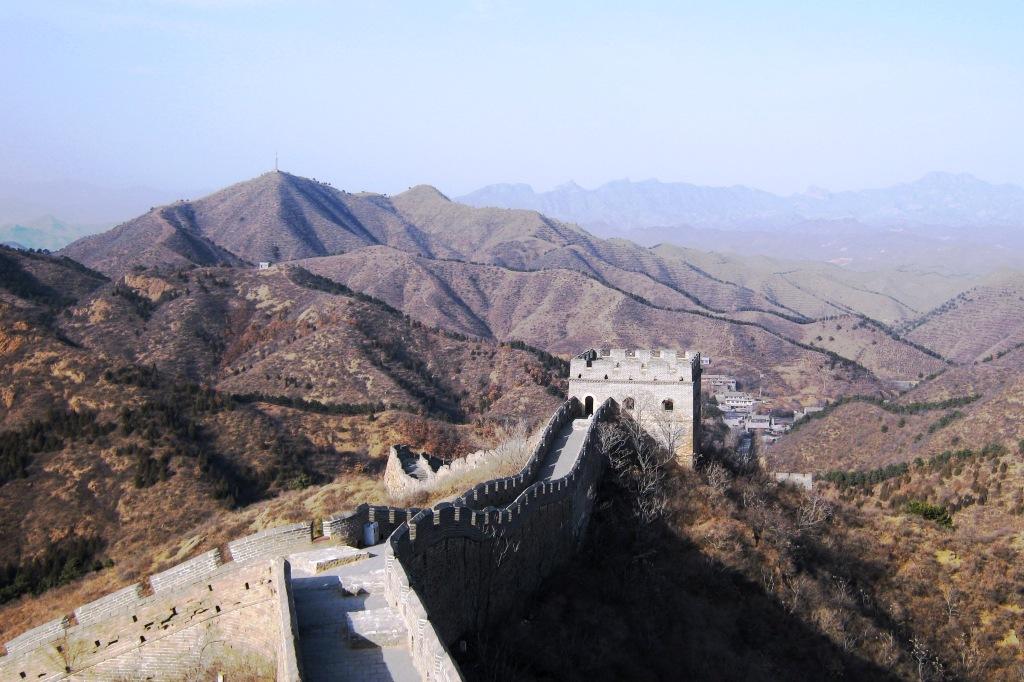 Великая Стена проходит по северному Китаю на протяжении около 8 тыс.км., соединяя крепости, заставы и сигнальные вышки, которые возведены на определенном расстоянии по всему периметру Стены.