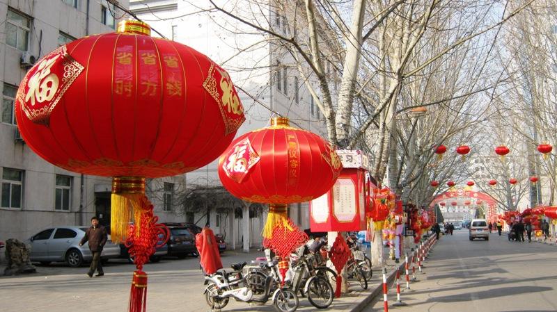 Весенний фестиваль, который начался сразу после Китайского Нового Года две недели назад, завершается еще одним замечательным ярким праздником – Фестивалем Китайских фонарей, который отмечается на 15-й день с начала нового года по лунному календарю