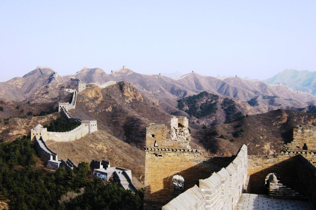 Наиболее удаленным и потому менее посещаемым в районе Пекина является участок Стены от Jinshaling до Samarin