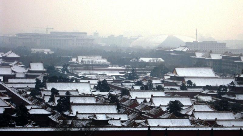 На вершине холма поставили изящную беседку, с которой открывается превосходный вид на императорский город