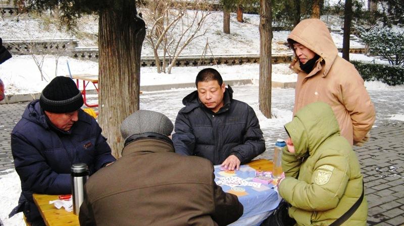 Jingshan Park – это популярное место встреч и проведения досуга для взрослого поколения, здесь поют, танцуют, играют в настольные и карточные игры…