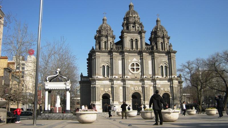 на север от пешеходной части улицы Ванфуцзин, вы увидите католический Собор Святого Иосифа (St. Joseph's Cathedral)