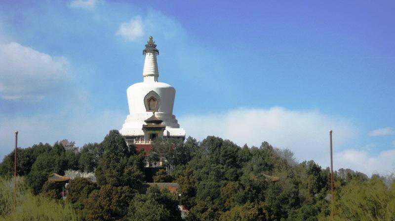 Бай Та (Белая ступа) – 35-метровая ступа из белого камня, размещенная на вершине острова в центре Бэйхай парка