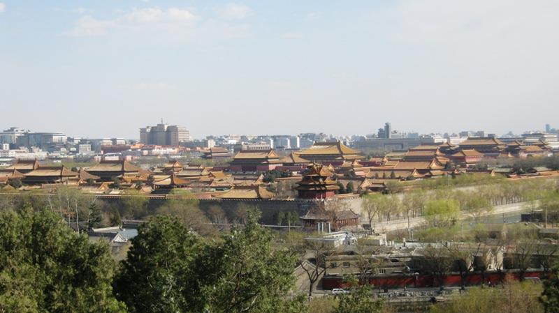 Вид сверху на Пекин с Бай Та (Белая ступа) – 35-метровая ступа из белого камня, размещенная на вершине острова в центре Бэйхай парка