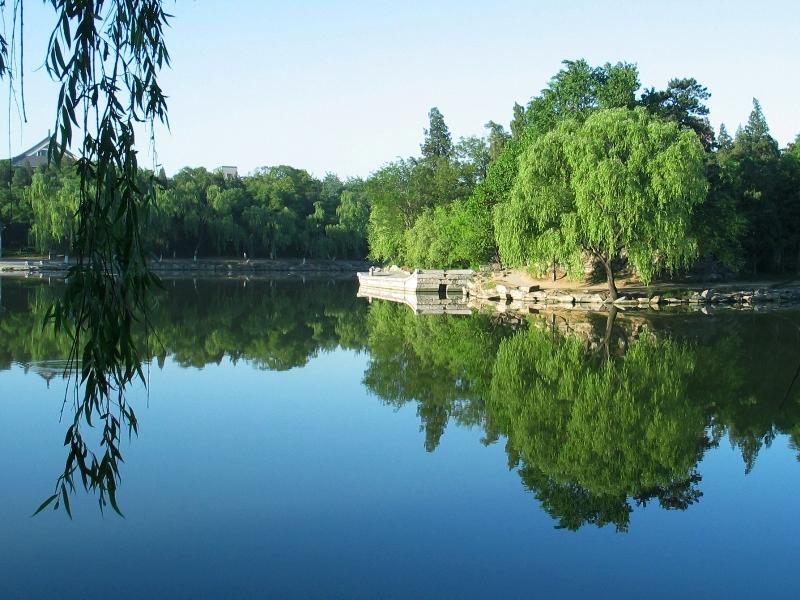 Кампус Пекинского Университета считается одним из самых красивых в мире. Небольшое озеро в центре университетского кампуса не имеет названия