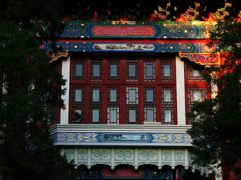 Кампус расположен на территории бывших императорских садов Цинь, его украшают здания в традиционном китайском стиле с пагодами, парки и аллеи