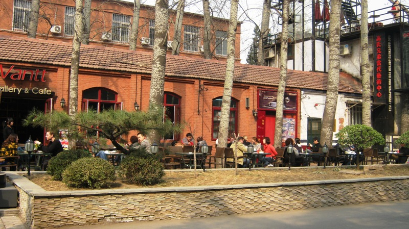 со временем на территории 798 появляется все больше магазинов и кафе, чем собственно арт-галерей, где можно найти по-настоящему интересные работы