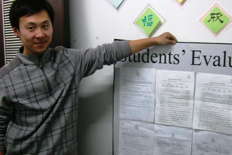 В Школе Capital Mandarin заботятся о получении обратной связи от студентов. На фотографии преподаватель Кэвин держит стенд с анкетами студентов