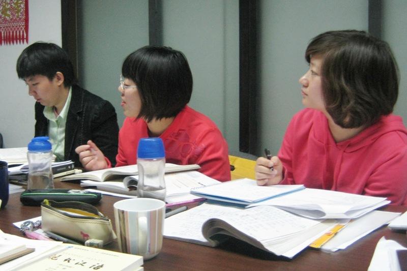 В школе Capital Mandarin проводятся еженедельные учительские собрания, на которых преподаватели обмениваются опытом и обсуждают учебные планы занятий.