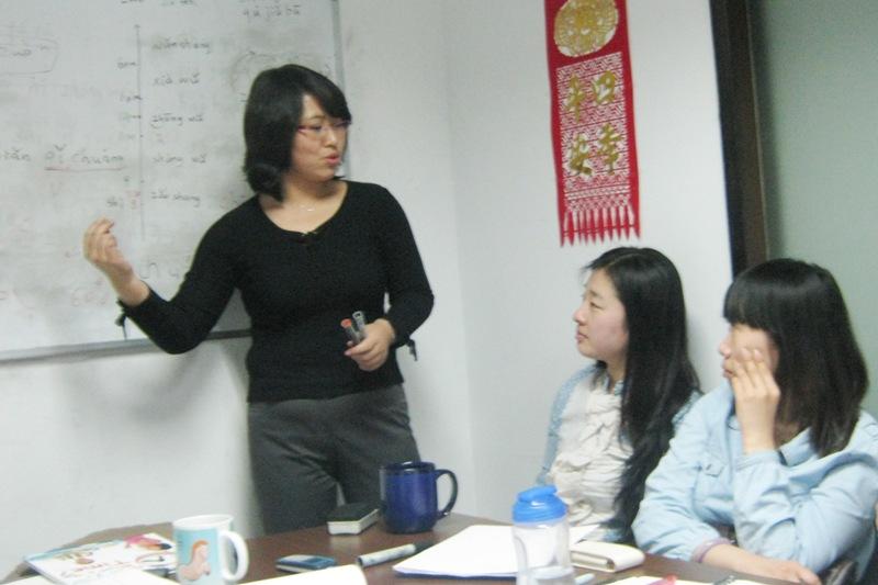 До того как вновь принятые преподаватели «допускаются» к занятиям, в школе Capital Mandarin они проходят тренинг и практические занятия, в процессе которых они учатся объяснять материал на практике.