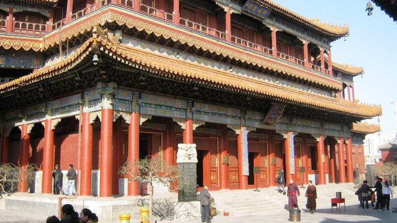 Храм на самом деле очень большой, вновь и вновь проходя через ворота, думаешь, вот достиг центра, и тут же – следующие ворота ведут еще дальше…