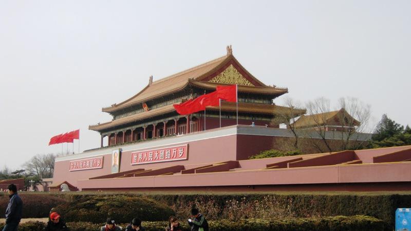 Императорский Дворец начинается с Ворот Тяньаньмэнь. Примечательно, что зачастую эти ворота, украшенные портретом коммунистического вождя и лозунгами, чтобы не разрушать атмосферы императорского города, на многих фотографиях сознательно оставляют за кадром, хотя они исторически относятся к комплексу императорской резиденции