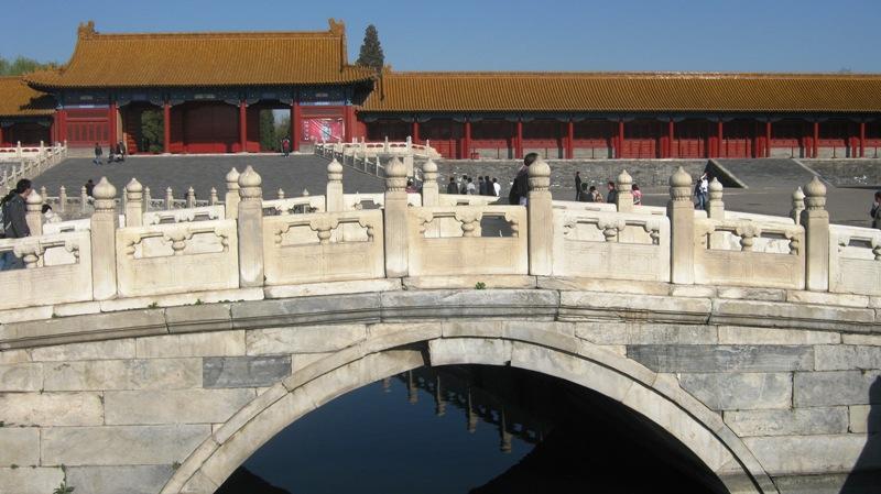 Пять мостов из белого мрамора ведут через ров, пересекающий через весь дворцовый комплекс с запада на восток