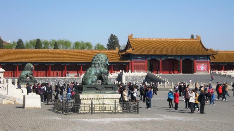 Вход сюда охраняют два льва, мужская фигура придерживает лапой шар, женская – фигуру львенка.