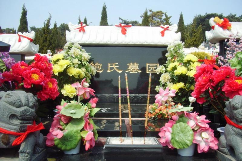 в Китае празднуется Цинмин (清明节 Qing Ming) или «Праздник чистого света» – традиционный китайский праздник поминовения усопших
