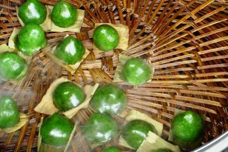 В Цинмин на столе обязательно должны присутствовать Qing Tuan – сладкие зеленые рисовые шарики с начинкой из сладкой соевой пасты