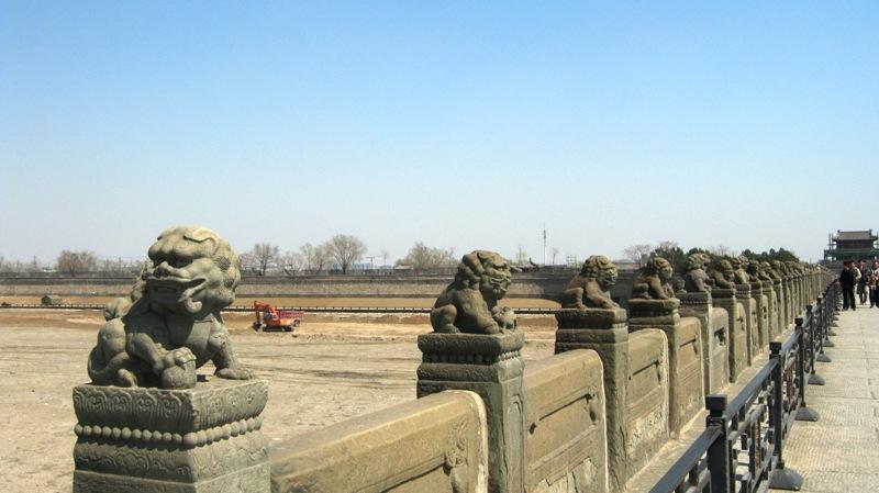 Главным украшением моста являются старинные изваяния львов, причём они все разные и не повторяются ни разу