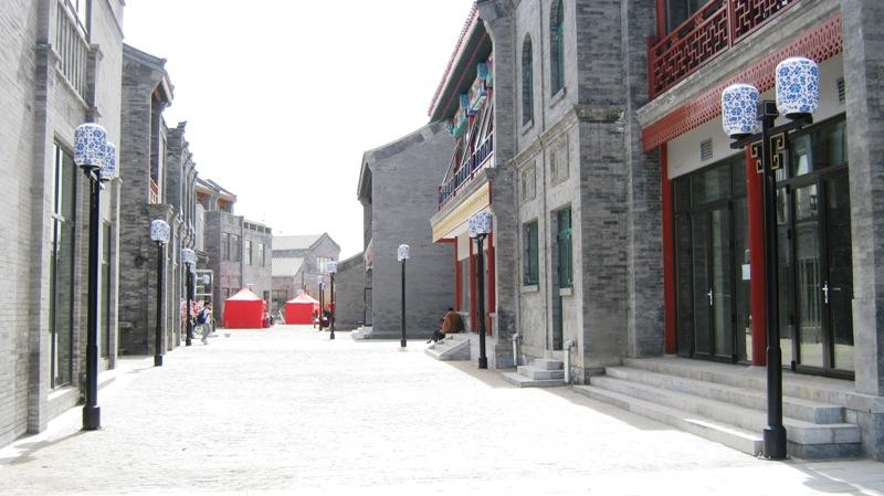 В современном Пекине настоящие хутуны постепенно исчезают… их заменяют   торгово-туристические улицы с магазинами и ресторанами, которые внешне выглядят как хутуны, но что не осознают туристы, эти  дома фактически отстроены заново после сноса старых построек