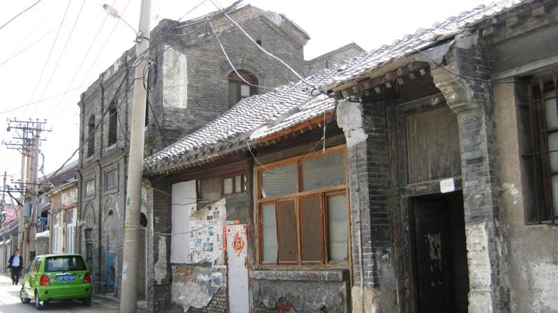 А через дорогу можно найти развалины старых зданий – здесь уже никто не живет, они готовы к сносу. Очень скоро их снесут до основания и отстроят новые «старинные хутуны»