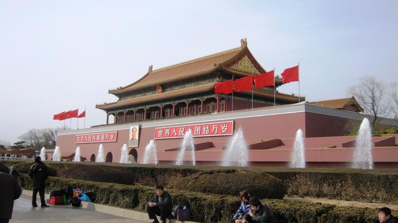 Ворота Тяньаньмэнь, которые находятся на севере одноименной площади в Пекине, известны своей архитектурой и особым местом в истории Китая. Именно здесь 1 октября 1949 года председатель Мао Цзэдун торжественно провозгласил образование КНР